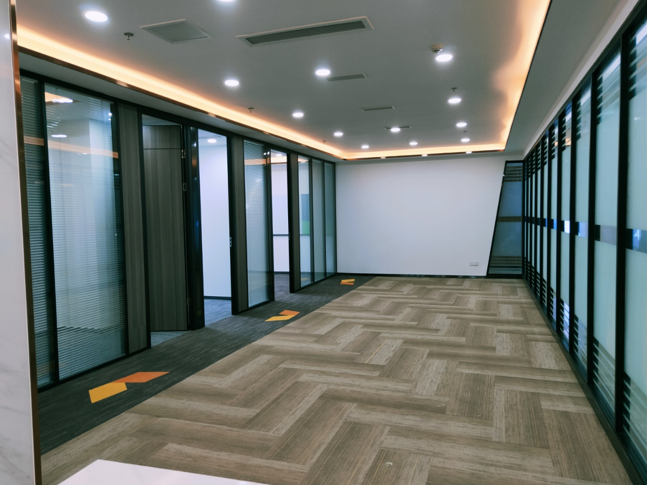 视觉科技广场 现代精装带家具 3隔间22工位 电销补贴