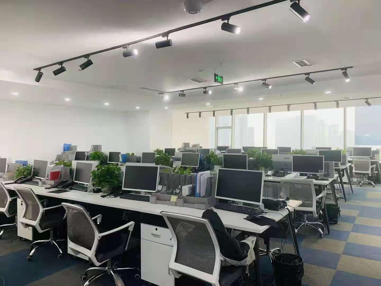 新世纪环球中心 跃层6隔间48工位3000平米精装现房带家具   视野好性价比相当