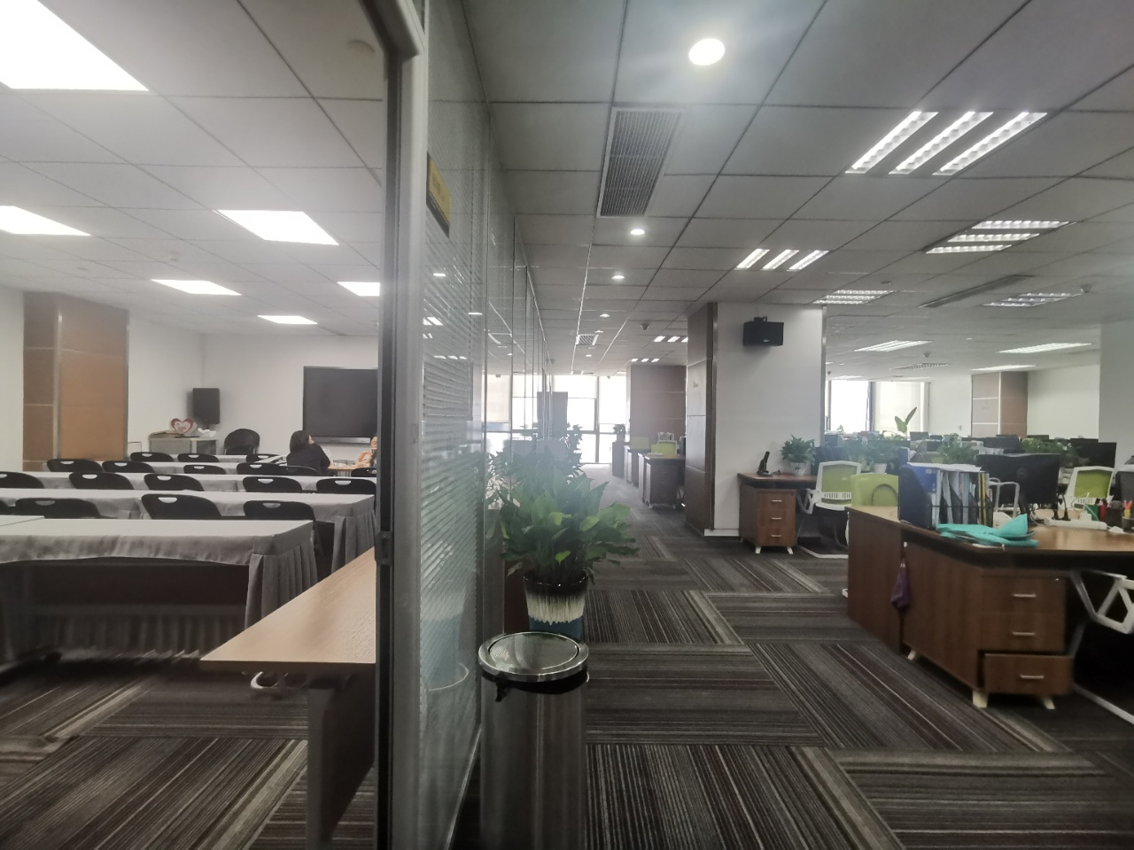 80工位丨富力中心390平米现房精装带家具,工区方正无遮挡
