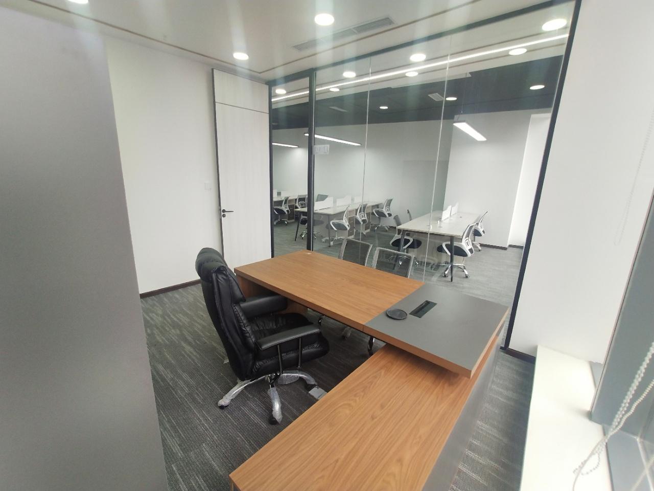 多弗国际 2隔间12工位 精装修带家具 近地铁 采光通透 甲级写字楼