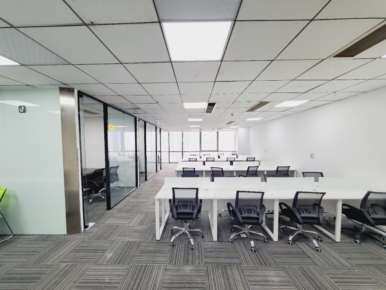 顺城大街丨富力中心 32人办公大厅 3办公室 精装带家具169平米