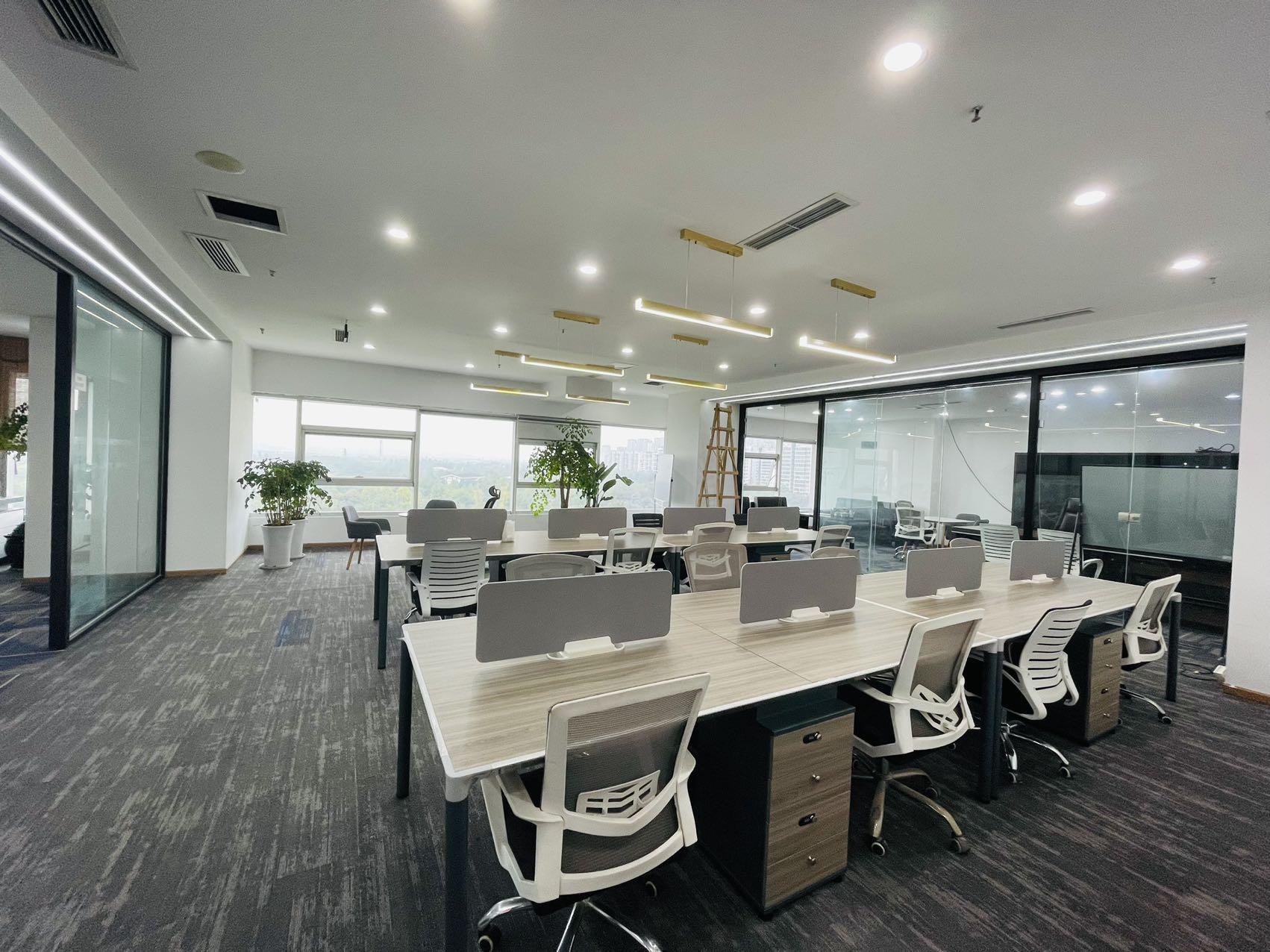 高新区CBD核心位置 300平米 5隔间+30卡位 全屋地毯铺设