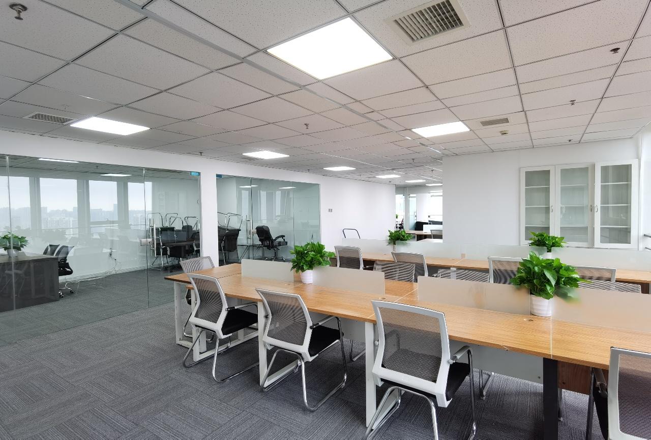 东大街特价丨喜年广场丨332平装修带家具4隔间30工位