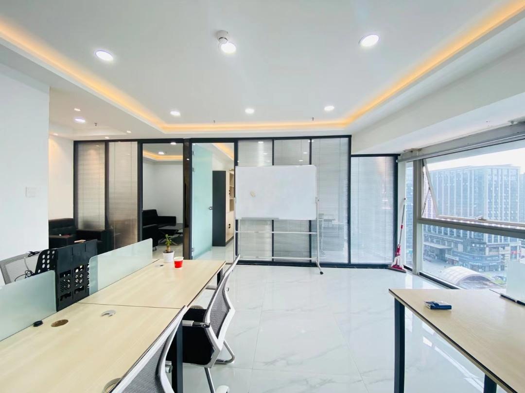 电梯口丨西环广场 85平米 2个隔间10个工位 全屋空调